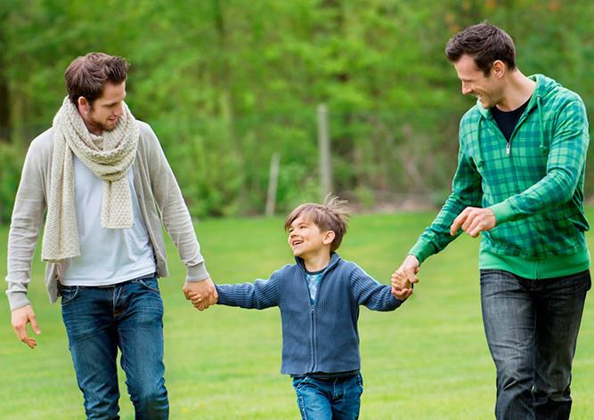 Однополым парам в Чехии разрешили усыновлять детей