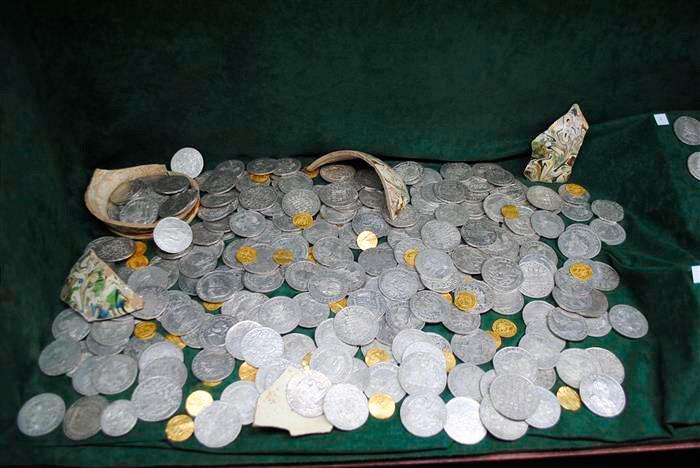 Чех получит полмиллиона крон за найденный в лесу клад vinegr.
