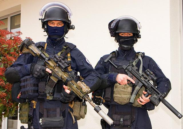 Пражский спецназ вызволил ребенка из захваченного грабителем здания
