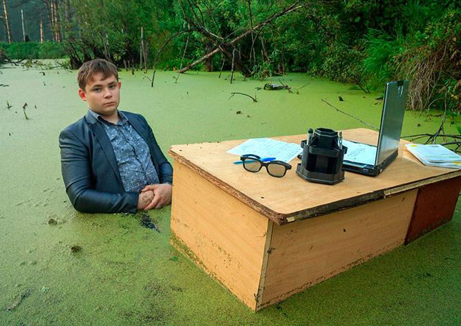 Сидящий вболоте русский  школьник стал интернет-звездой
