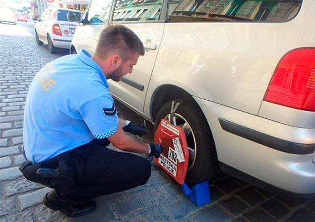 Полицию Праги раскритиковали за установку «башмаков» на машины депутатов