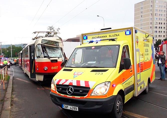 Трамвай столкнулся с грузовиком в Праге: есть раненые