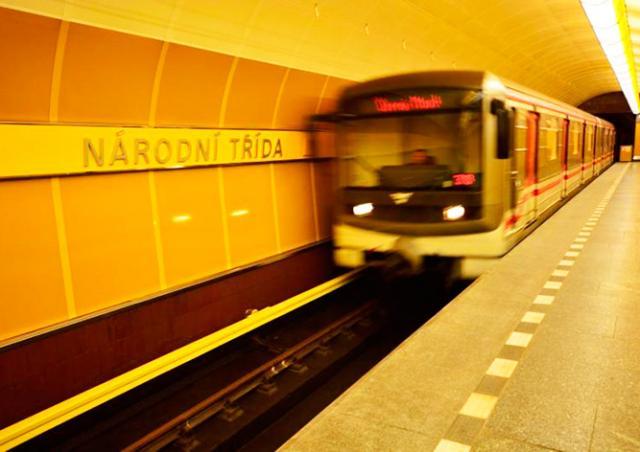 Неизвестный сексуально домогался школьниц в пражском метро
