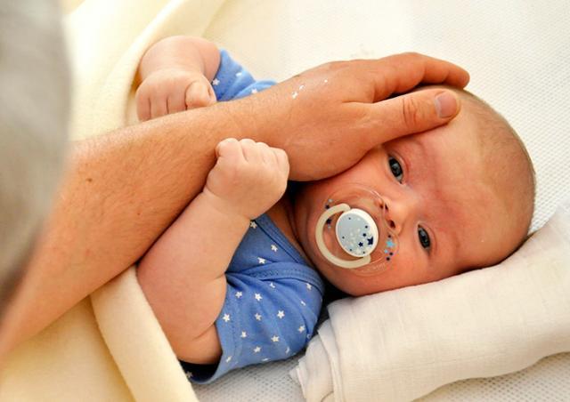 В Чехии выброшенный с балкона окурок обжег лицо младенцу