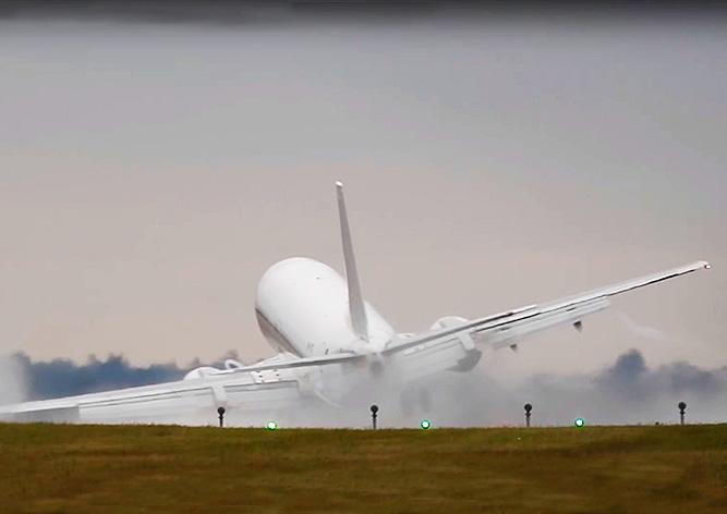 Видео: самолет сдуло ветром при посадке в аэропорту Праги