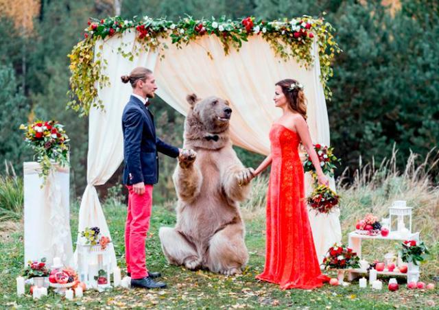 Типичная русская свадьба: москвичей «поженил» медведь