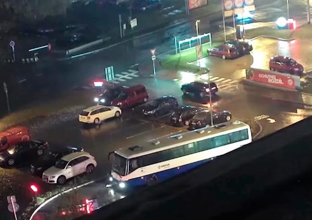 В Праге голодный водитель подъехал к окошку Burger King на автобусе