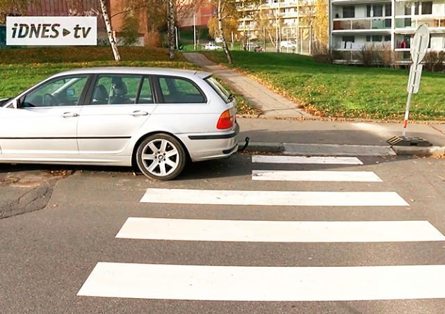 Рабочие в Праге не смогли дорисовать «зебру» из-за припаркованного авто