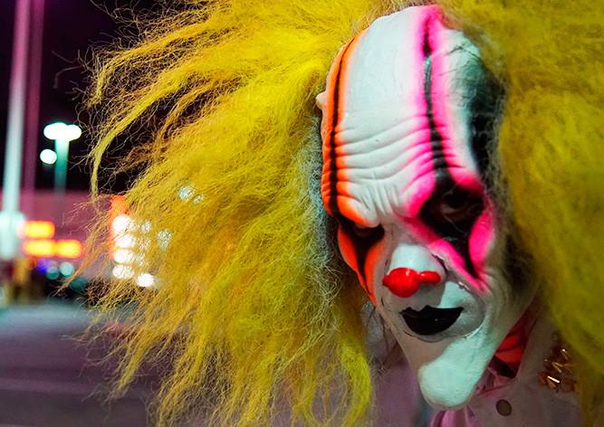 ВАвстрии испуганный шофёр сбил клоуна с тесаком