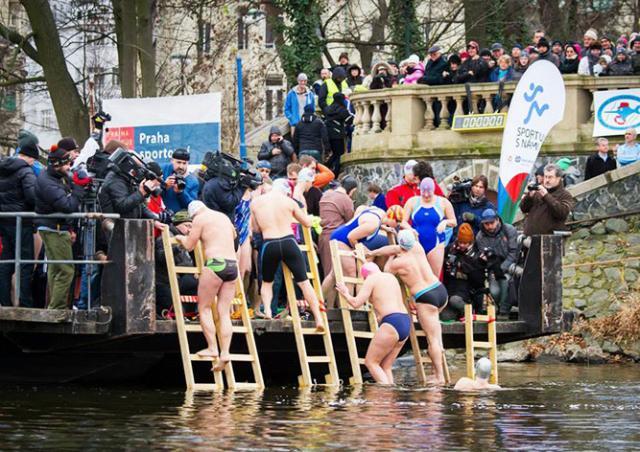 В Праге состоялся рождественский заплыв «моржей»