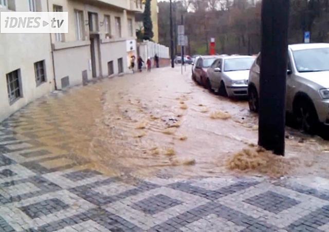 Из-за аварии без водоснабжения остались 2,5 тыс. пражан