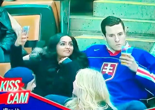 Болельщик Словакии предпочел поцеловать стакан пива вместо подруги