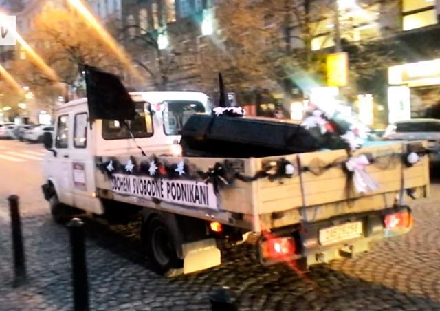 Видео: в Праге «похоронили» свободное предпринимательство