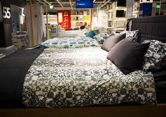 IKEA попросила молодых людей неночевать вмагазинах