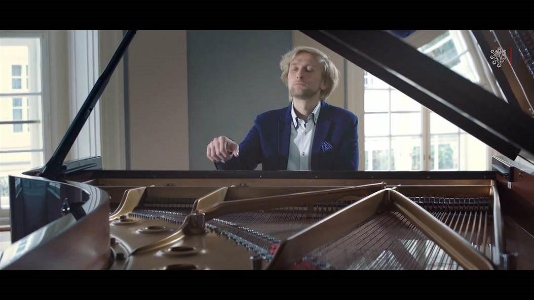 JKK681372_piano1