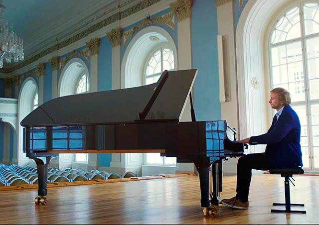 Авторы ролика об успехах Чехии оконфузились с американским роялем