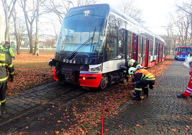 Пражские пожарные подняли трамвай ради спасения щенка
