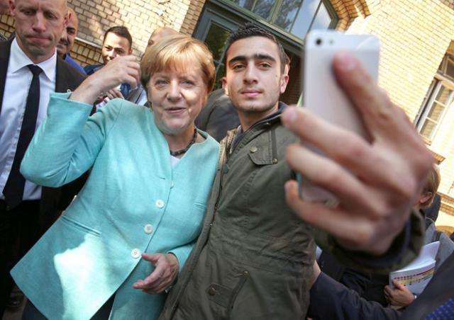 Сделавший селфи с Меркель беженец подал в суд на Facebook