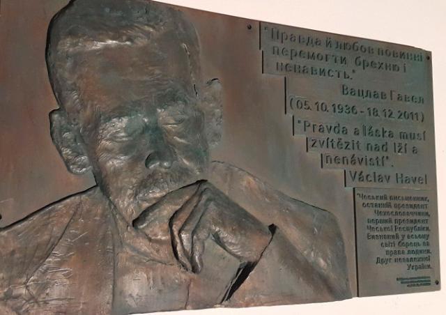 В Киеве вандалы сломали мемориальную доску Вацлаву Гавелу