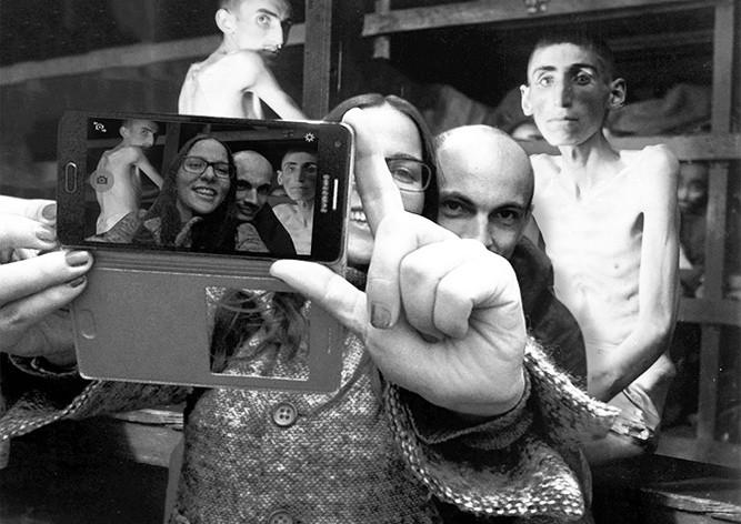 Израильский сатирик совмещает селфи у мемориала Холокоста с фото узников концлагерей
