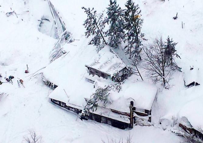 В накрытом лавиной отеле в Италии нашли шесть выживших
