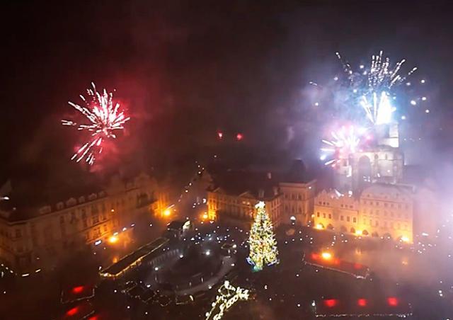 Пражское новогоднее безумие сняли на видео с башни Староместской ратуши