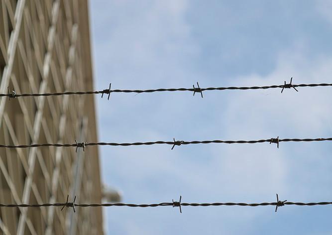 Тюрьма, проволока