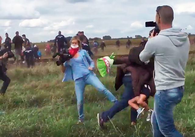 Венгерская журналистка получила срок за подножку беженцу