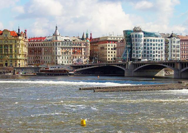 Мост в центре Праги перекрыли из-за подозрительного предмета