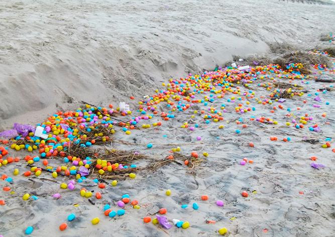 Тысячи капсул с игрушками вынесло на берег в Германии