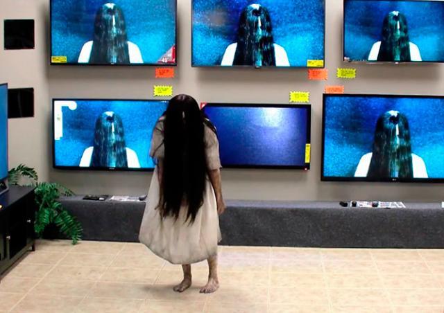 Девочка из «Звонка» вылезла из телевизора и напугала посетителей магазина: видео
