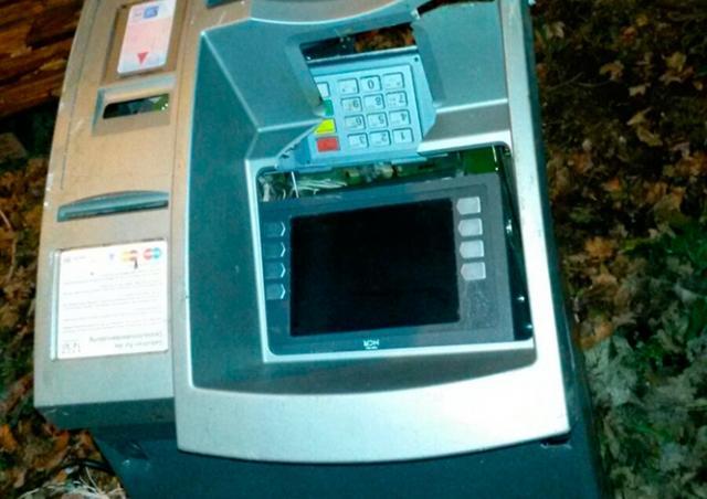 В Германии воры бросили банкомат под поезд