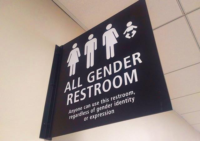 Пражские феминистки потребовали общие для мужчин и женщин туалеты