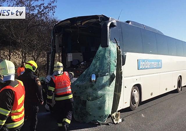 Туристический автобус столкнулся с грузовиком  в Праге: 8 пострадавших