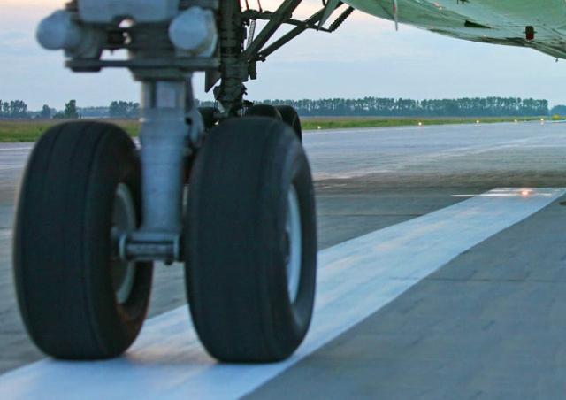 Пассажирский самолет жестко сел в Амстердаме: видео