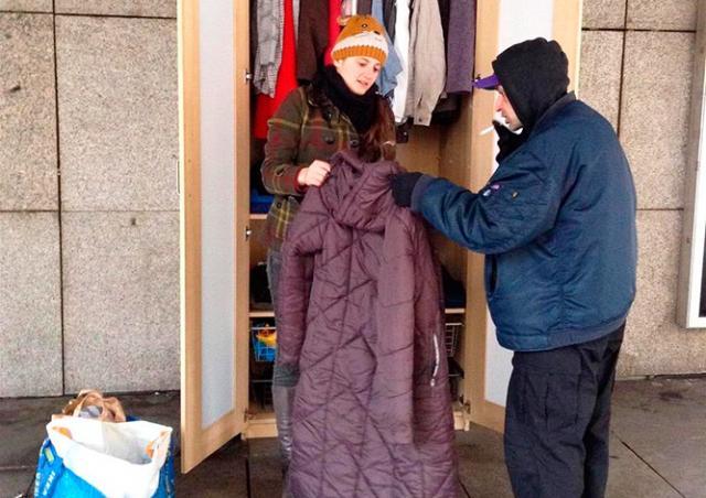 В центре Праги установили общественный шкаф с одеждой для бездомных