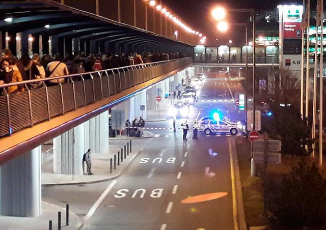 Пражский аэропорт эвакуировали из-за сообщения о бомбе