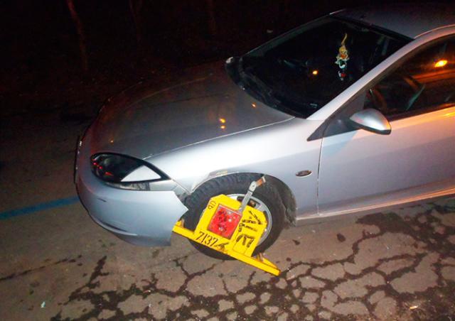 В Праге водитель не заметил «башмак» на колесе и повредил авто