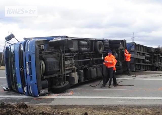 В Чехии ураганный ветер опрокинул грузовик: видео