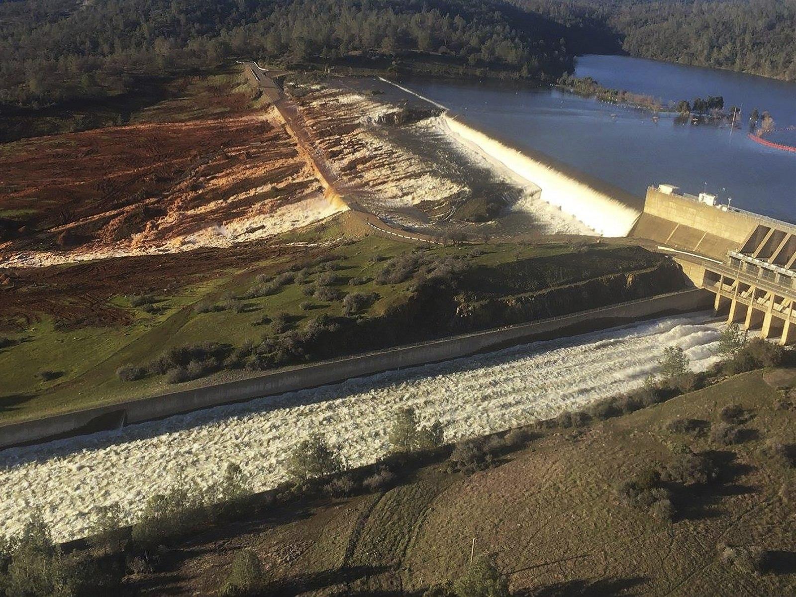 Внизу снимка - главный водосброс, выше - резервный