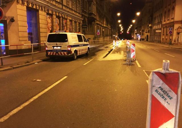 В центре Праги прорвало водопровод: движение транспорта затруднено