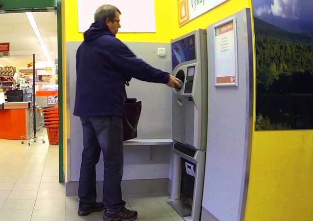В Чехии на видео попала необычная кража из автомата по приему бутылок