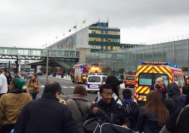 Неизвестный напал на военный патруль в аэропорту Парижа