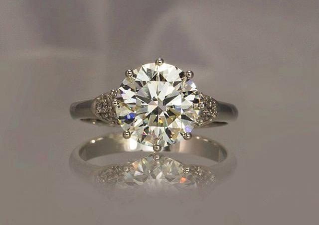 В Чехии кольцо с бриллиантом продали за 12 млн крон