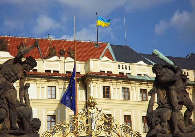 Над Пражским Градом подняли флаг Украины