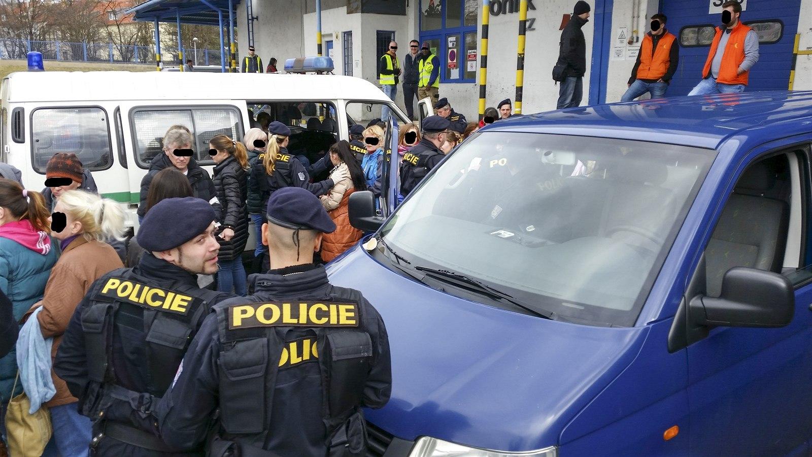 Милиция депортировала 55 иностранцев, задержанных наскладе Rohlík.cz