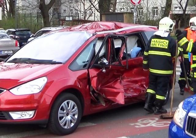 Трамвай столкнулся с автомобилем в Праге