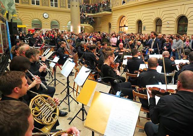 На главной почте Праги состоялся симфонический концерт: видео