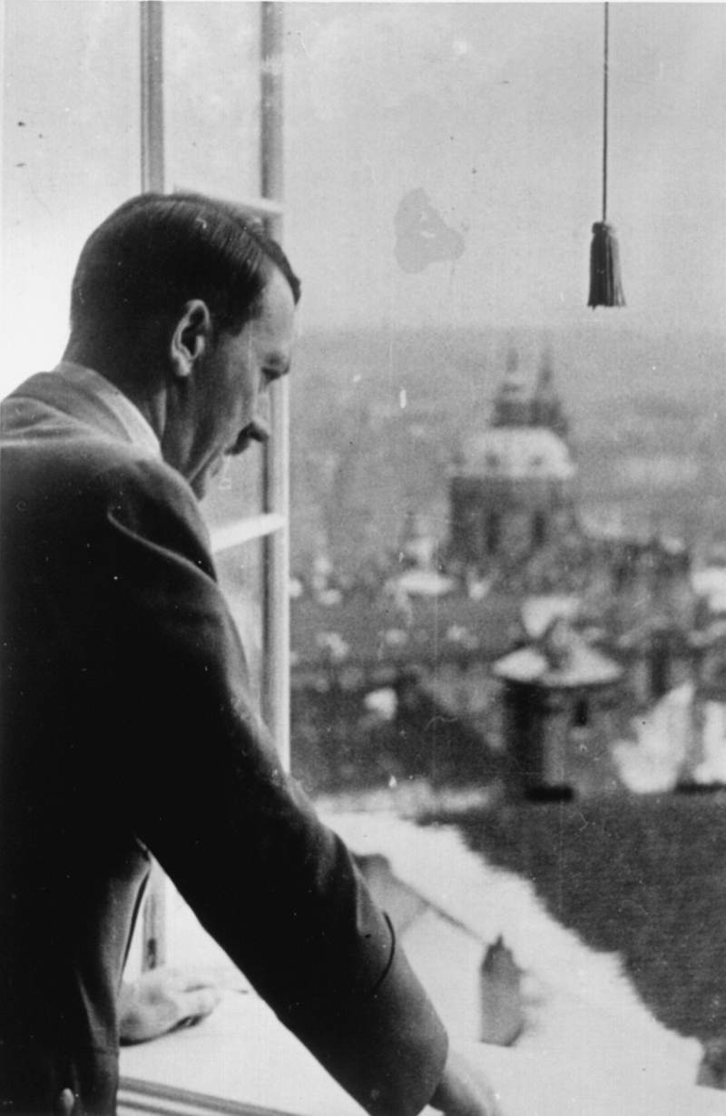 Hitler an Fenster des Prager Hradschin..