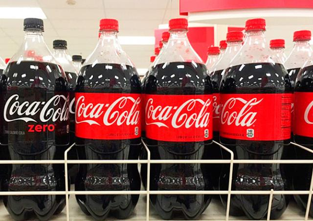 Coca-Cola в двухлитровых бутылках исчезнет из чешских магазинов